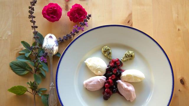Romanas Dessert: Rosenblütenmousse.