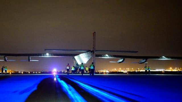l'aviun Solar Impulse 2 curt avant la partenza a Tulsa en il stgir da la damaun