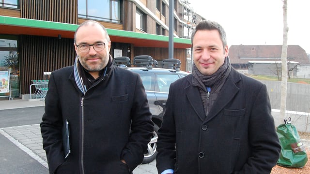 Zwei Männer in dicken Jacken.