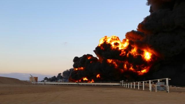 Brennende Öl-Tanks