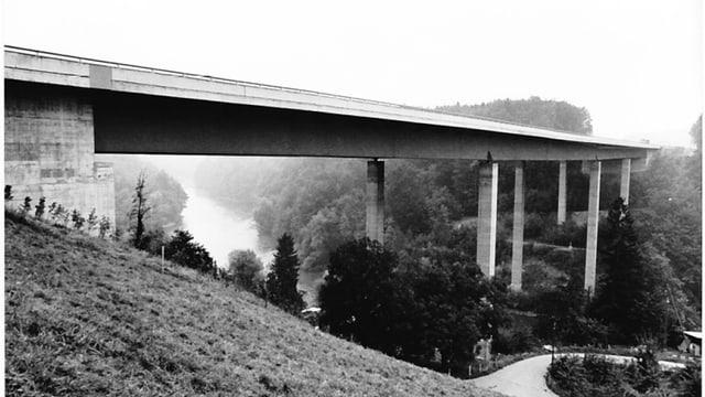 Schwarz-Weiss-Foto der Reusstalbrücke kurz nach ihrem Bau.