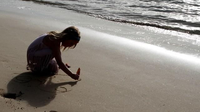Ein Mädchen spielt am Strand (Symbolbild).