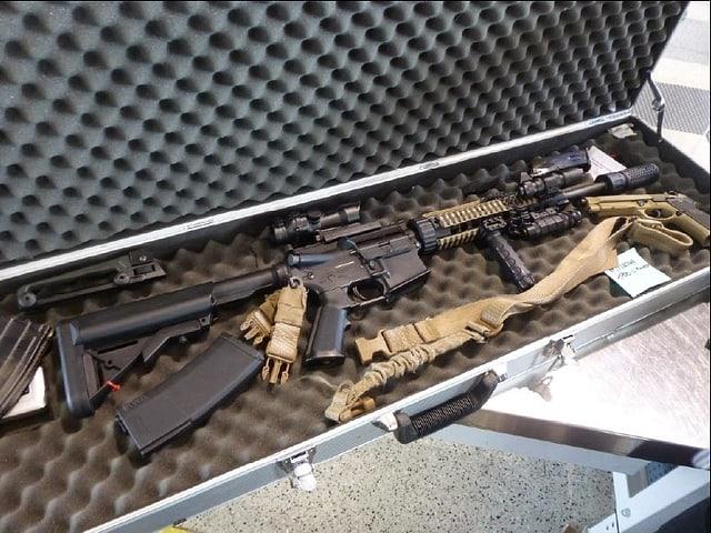Koffer mit riesigem Gewehr