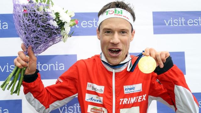 Daniel Hubmann sin il podest cun fluras e la medaglia d'aur.