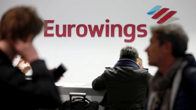 Passagiere von Eurowings an einem Schalter