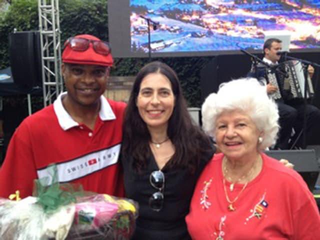 Der 51-jährige Franklin Santos, New-York-Korrespondentin Karin Bauer und Tombola-Gewinnerin Sylvia Tanner-Bolaños aus Grabs SG.