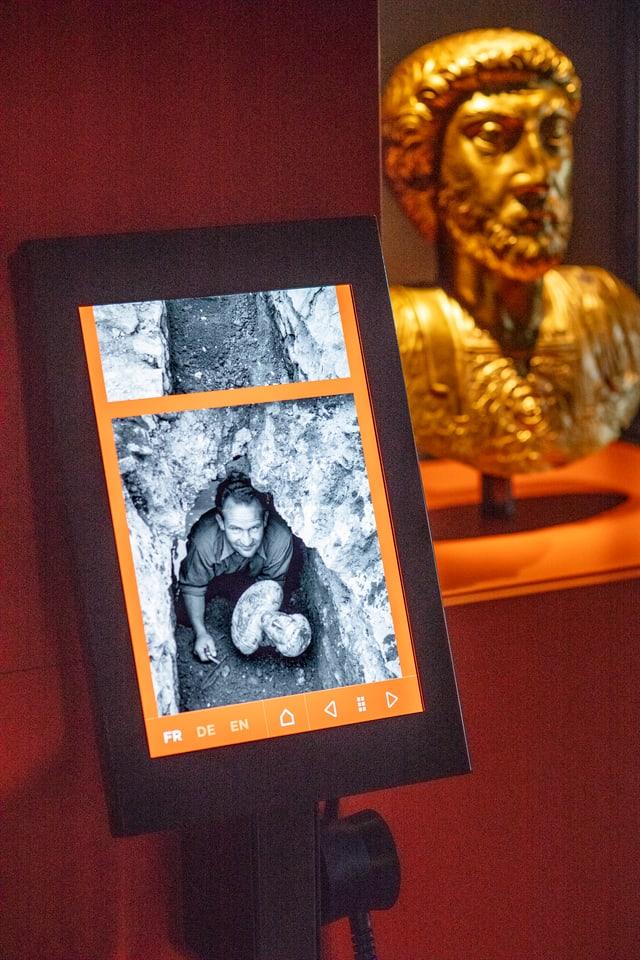 Goldene Büste von Marc Aurel im Hintergrund, Tablet im Vordergrund