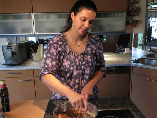 Nicole in der Küche am Kochen.