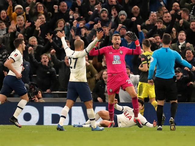Southampton-Goalie Angus Gunn foult Heung-min Son. Es gibt Penalty.