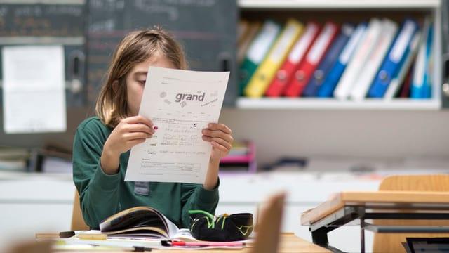 Kind lernt Französisch in einem Schulzimmer