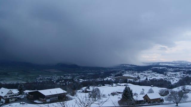 Am Sonntagmittag ging über dem oberen Zürichsee erneut ein Schneeschauer nieder.