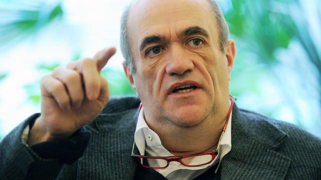 Porträt von Colm Toibin, der mit dem Finger zeigt.