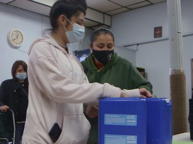 In Newark holen Einwohnerinnen und Einwohner sauberes Trinkwasser in Kanistern bei einer Hilfsorganisation ab.