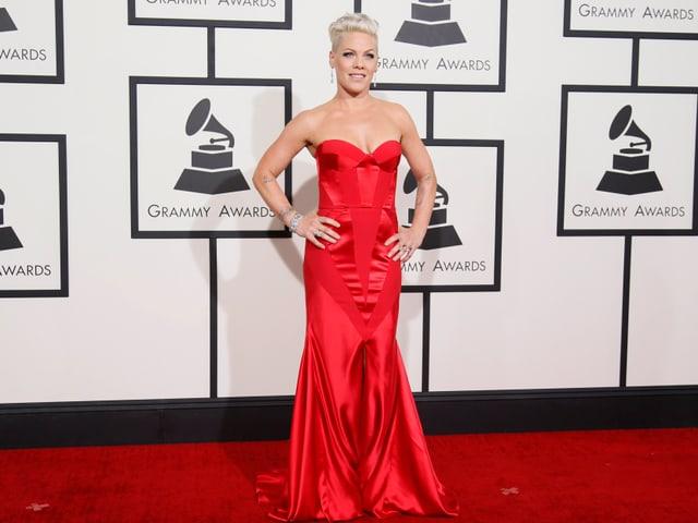 Sängerin Pink in einem roten Kleid.