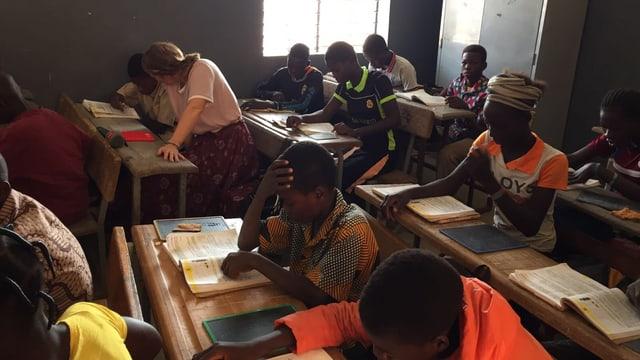 Besuch einer Primarschule nähe Oagadougou, die Kindern ohne Schulabschluss eine zweite Chance gibt und zweisprachigen Unterricht anbietet in der Amts- und Nationalsprache.