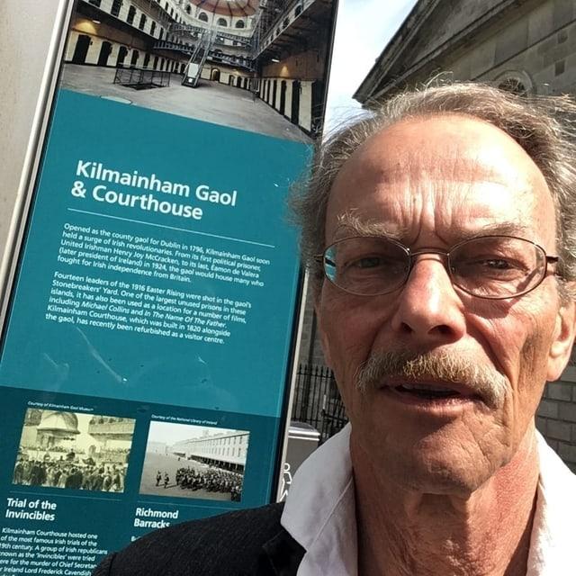 Martin Alioth vor dem Kilmainham-Gefängnis.