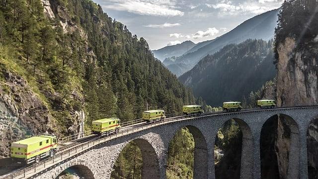 Tar l'inauguraziun èn ils 6 vehichels charrads sin il viaduct da la Landwasser.