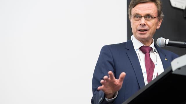 Hans-Jürg Käser spricht zum Publikum.