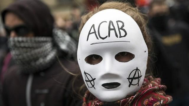 Frau mit Acab-Maske