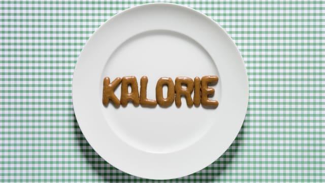 """Auf einem Teller ist aus Russisch Brot das Wort """"Kalorie"""" gebildet."""