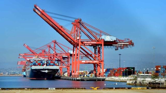 Ein Containerschiff im Hafen.