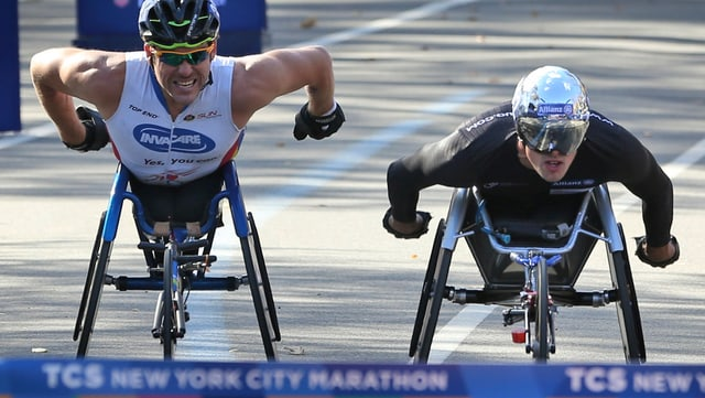 Marcel Hug kommt Rad an Rad mit Kurt Fearnley ins Ziel.