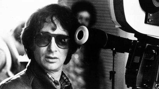 Steven Spielberg jung mit Sonnenbrille.