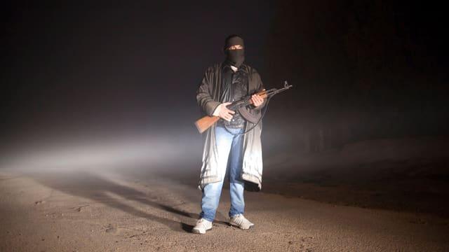 Ein Soldat der Freien Syrischen Armee bewacht ein Lager in der Nähe der Stadt Qusair.