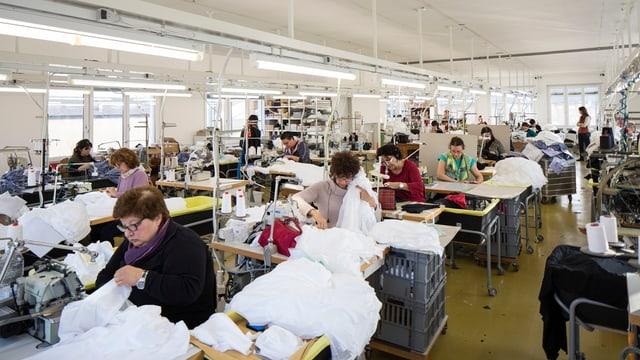 Cusunzas en ina fabrica da textilias en il Tessin, il schaner 2014.