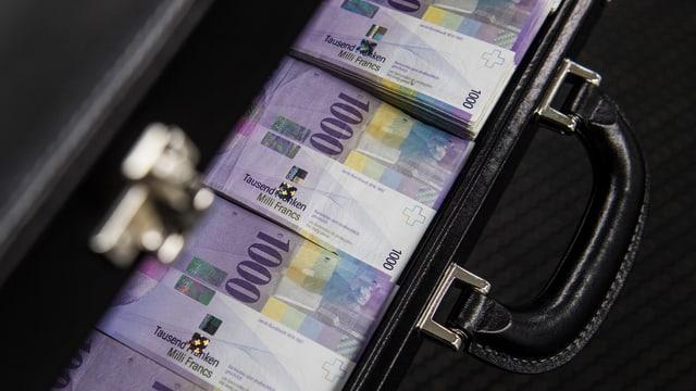 Banknoten in Koffer.
