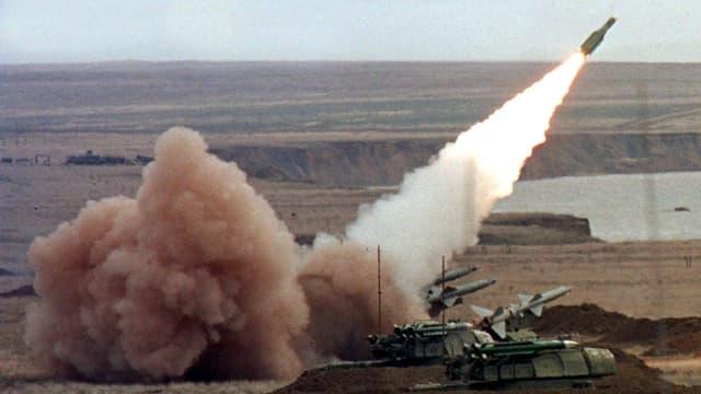 Rakete wird von einem Fahrzeug aus abgefeuert.