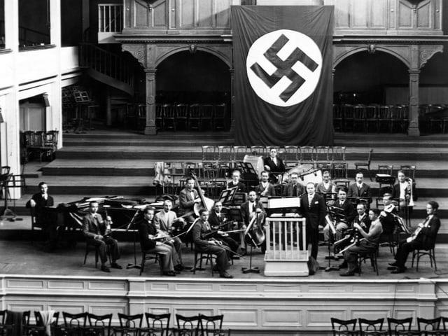 Orchester spielt unter Hitlerflagge.