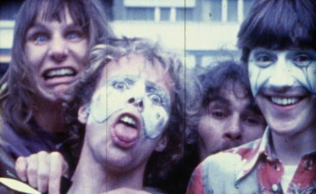 4 Jugendliche blödeln vor der Kamera, zwei davon weiss geschminkt.