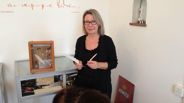 Regi Weigelt zeigt einen Gänsekiel und einen Füllfederhalter aus ihrem Museum.