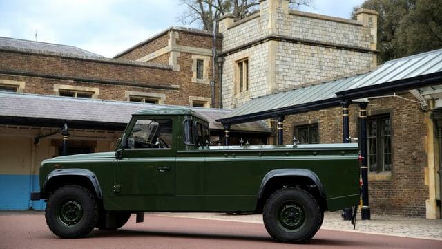 Ein grüner Land Rover mit Ladefläche