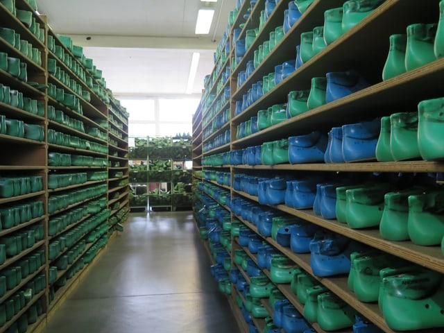 Regale mit Schuh-Rohlingen