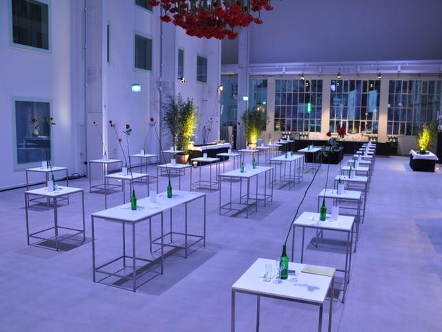Halle im gedämpften Licht mit Tischen.