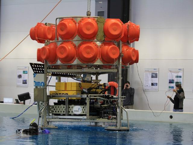 Der Roboter im Lander wird zu Wasser gelassen.