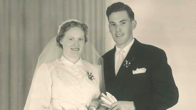 Schwarz-weiss-Bild eines jungen Hochzeitspaars.