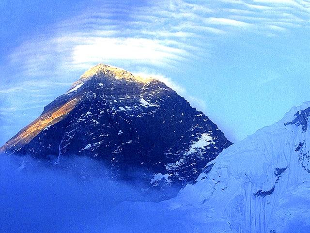 Gipfel des Mount Everest im Morgenlicht.