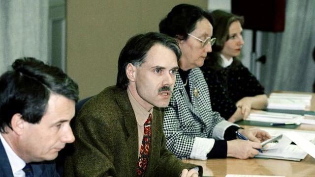Alt-Bundesrat Moritz Leuenberger, damals noch Nationalrat, präsentiert 1989 die Ergebnisse der PUK zum «Fichen-Skandal».