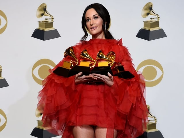 Kacey Musgraves in rotem Kleid.