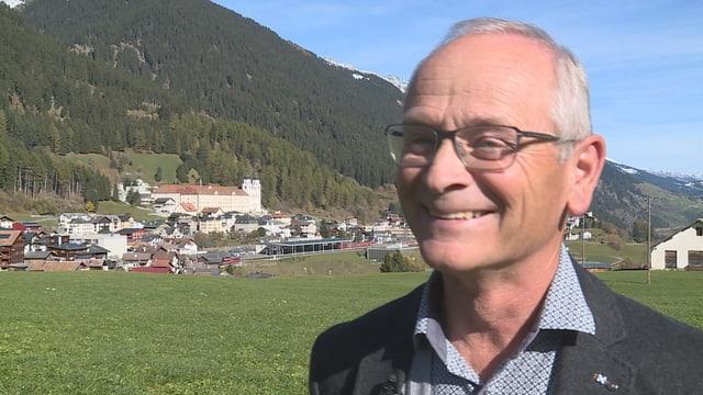 Robert Cajacob, president communal da Mustér. Ad el plascha l'indriz da principi.