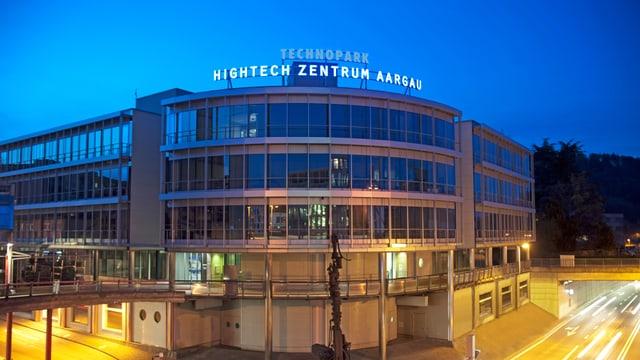 Das Hightechzentrum Aargau in Brugg von aussen betrachtet, beim Sonnenauf- oder untergang.