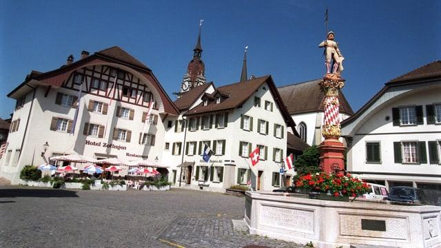 Mittelalterlicher Platz mit Brunnen