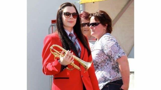 Joana Bastos en la uniforma da la Societad da musica Falera.