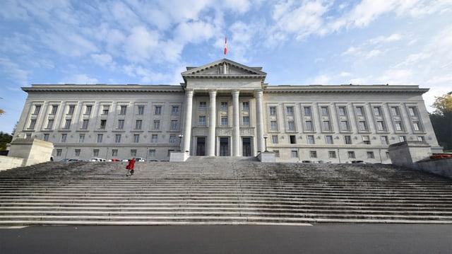 Das Bundesgericht, im Vordergrund eine breite Treppe.