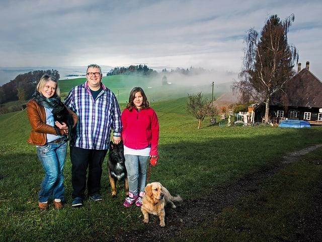 Elena, Fritz und Tochter Sylvana und drei Hunde.