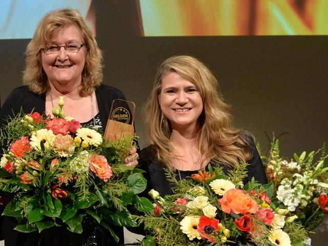 Esther Schönmann (Mitte) und Tanja Reusser mit SRF-Direktor Ruedi Matter auf der Bühne.