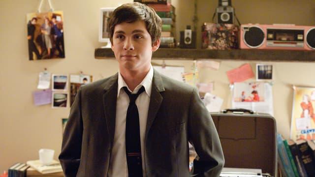 En junger Mann mit Anzug und Kravatte.